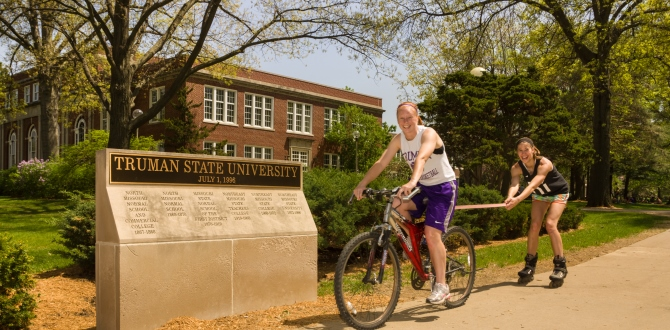 students-by-campus-gates-on-the-quad
