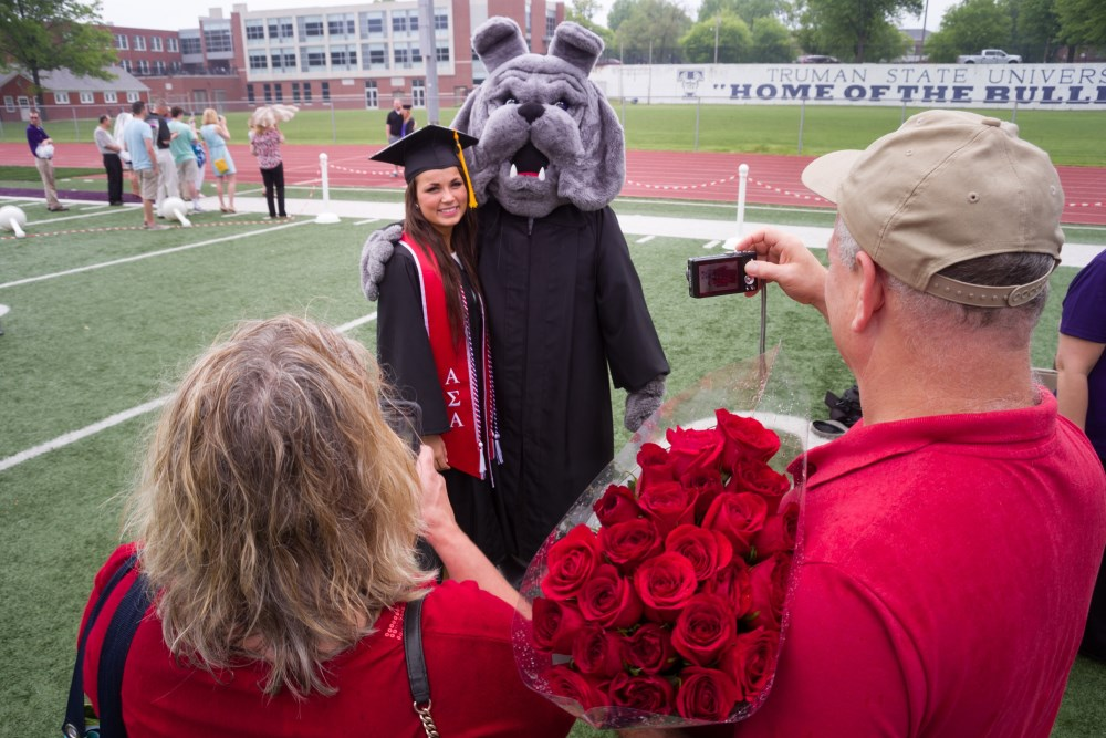 Graduate getting photo with Spike