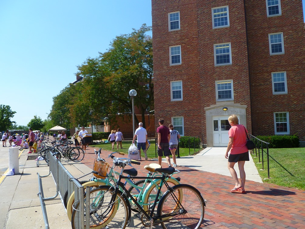 Volunteers help new students move into residence halls on Move-In Day